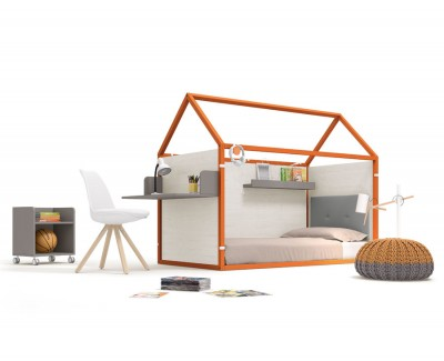 Chambre pour enfant composée d'un lit maison fermé avec un bureau et des étagères