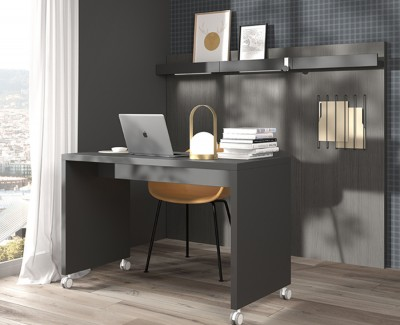 Bureau avec roulettes et panneaux avec étagères portes-revues et élastiques