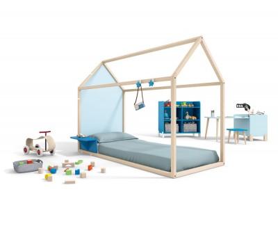 Chambre enfant composée d'un lit maison fermé avec un bureau et des étagères