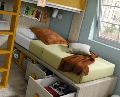 Chambre ado composée de lit superposé et armoire à portes battantes